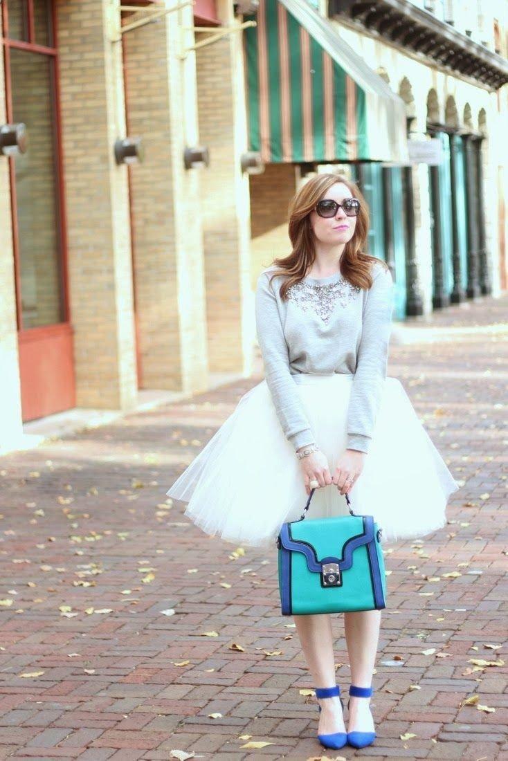 светлая юбка пачка и сине-зеленая сумочка