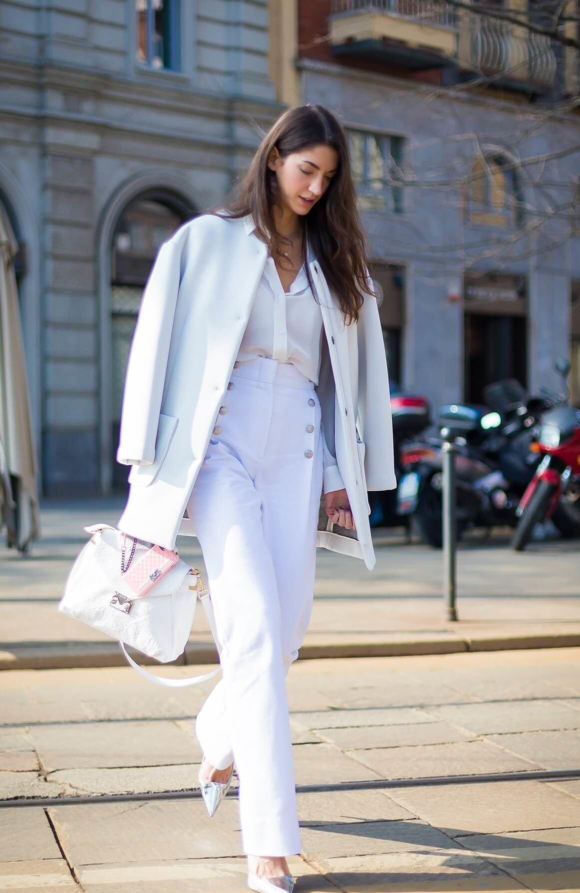 с чем носить брюки с высокой талией белое под пальто в цвет