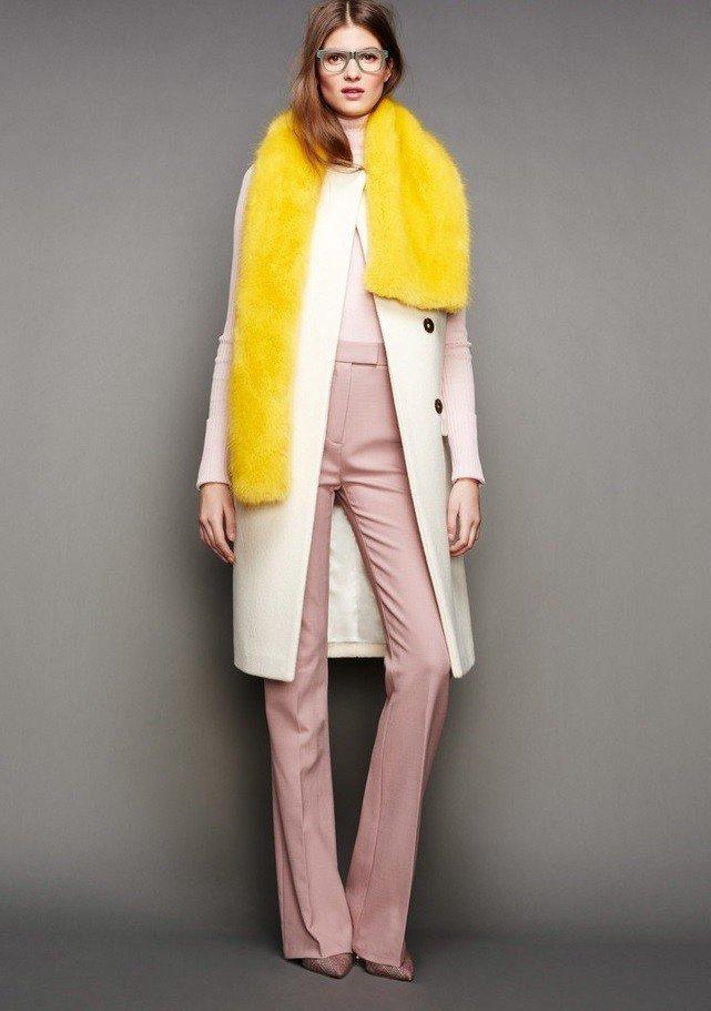 с чем носить брюки с высокой талией розовые под белое пальто миди