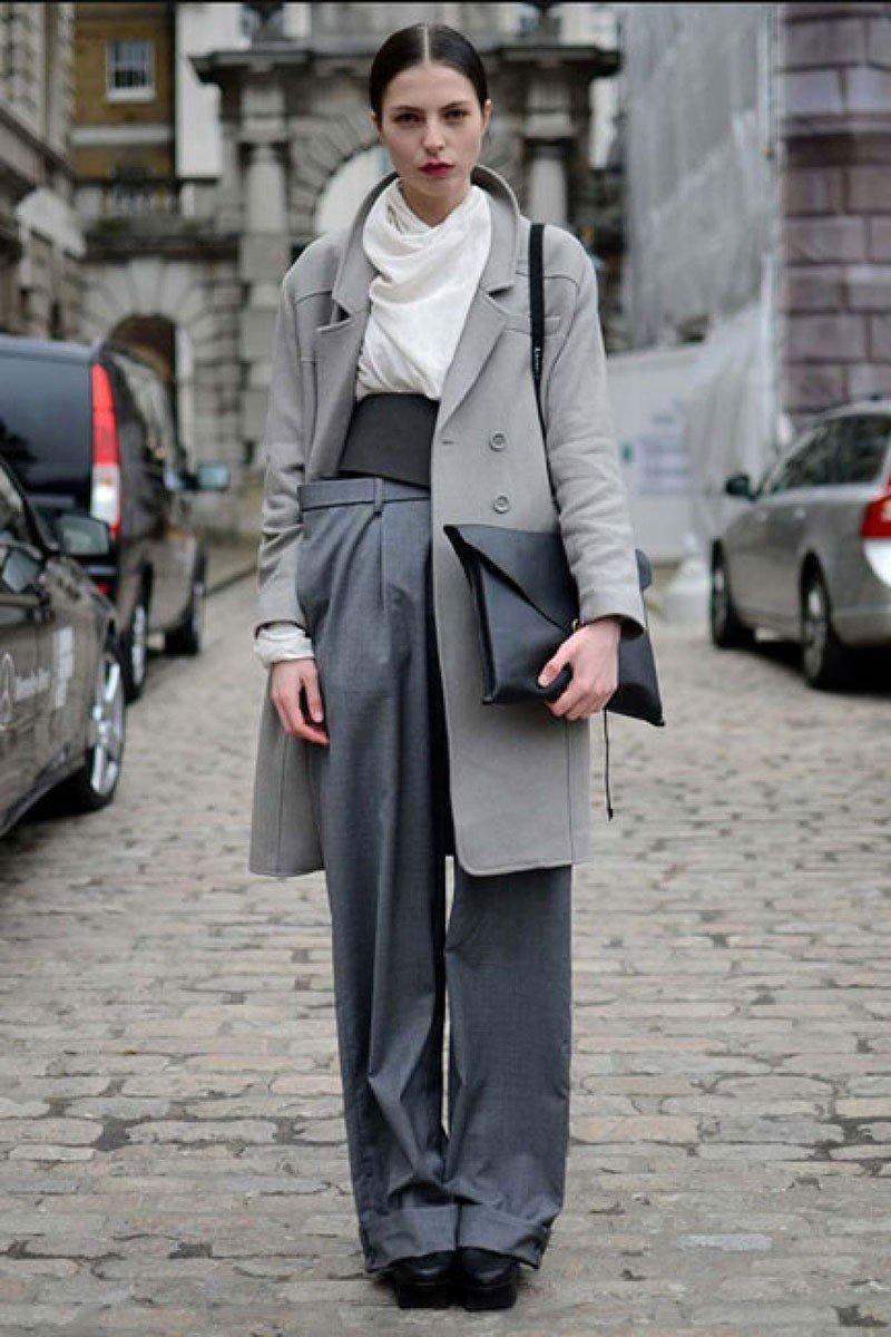 с чем носить брюки с высокой талией серые широкие под пальто в тон
