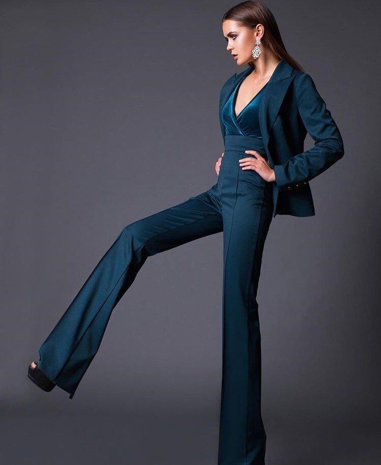 с чем носить брюки с высокой талией  зеленые клеша под пиджак в тон