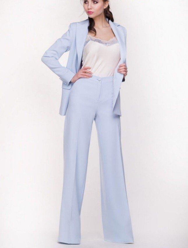 с чем носить брюки с высокой талией голубые широкие под пиджак в тон