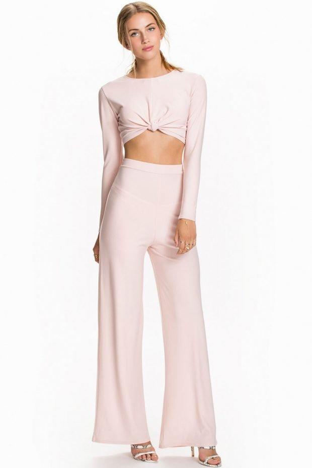 с чем носить брюки с завышенной талией розовые клеша под топ сдлинным рукавом