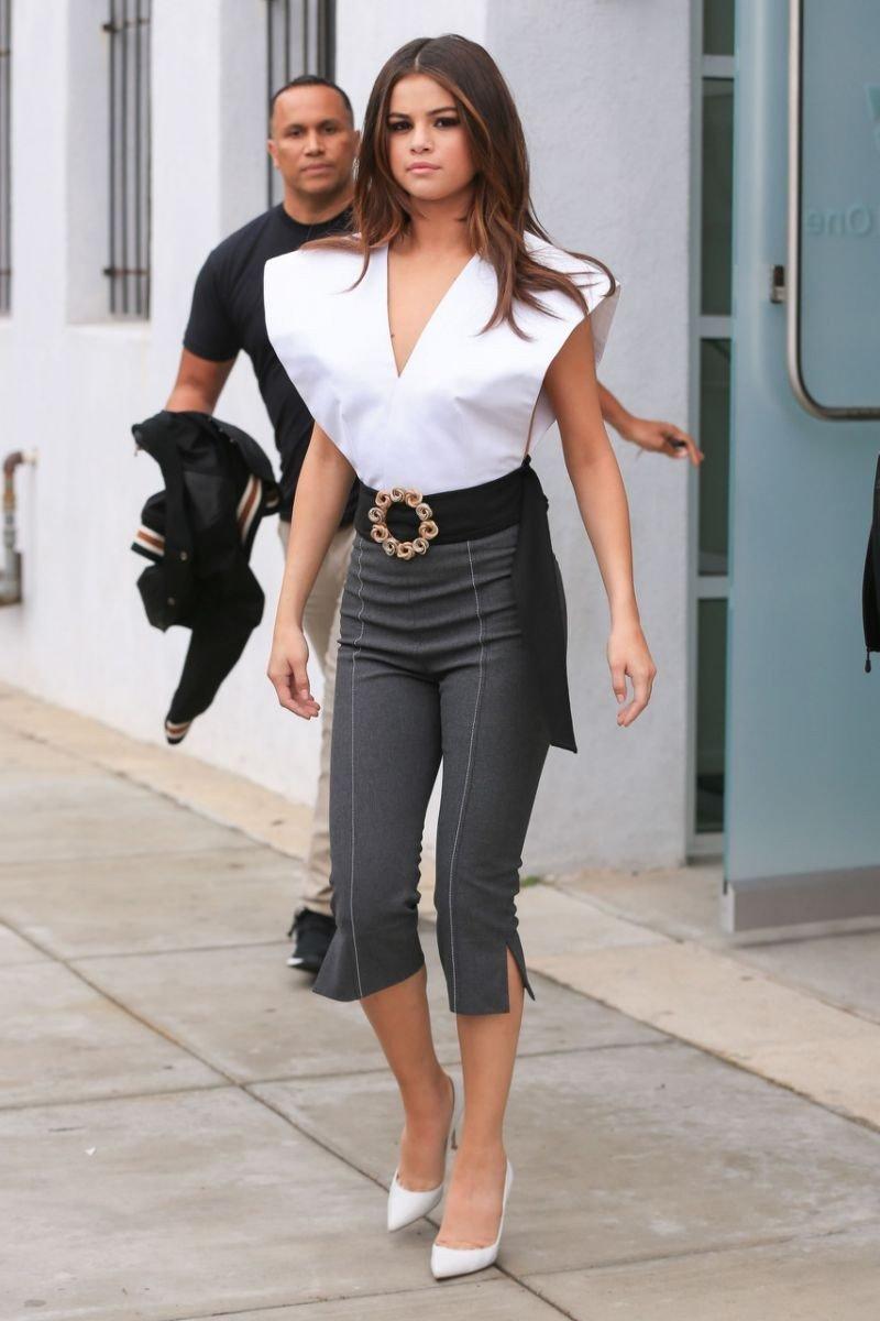 брюки с высокой талией под каблук и пояс с интересной бляхой с чем носить