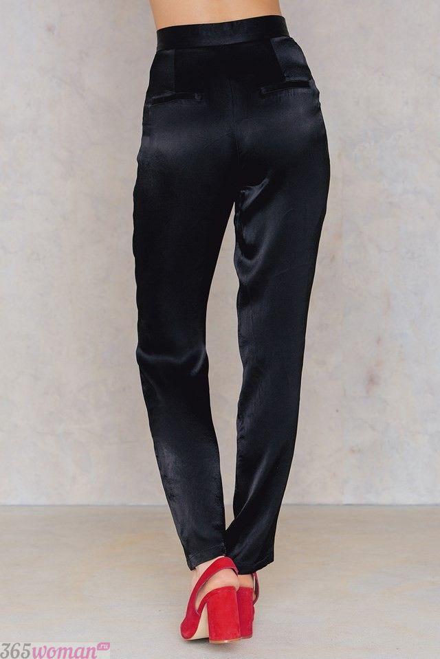 брюки с завышенной талией атласные черные с чем носить