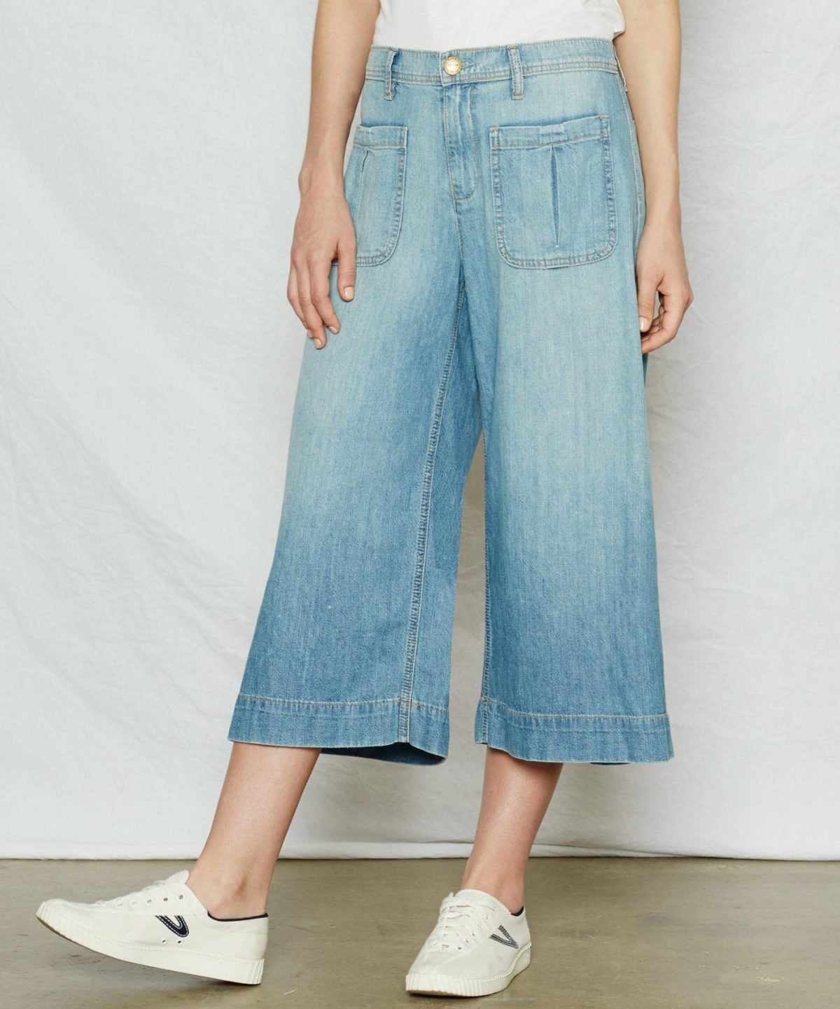 джинсовые брюки-кюлоты и кеды
