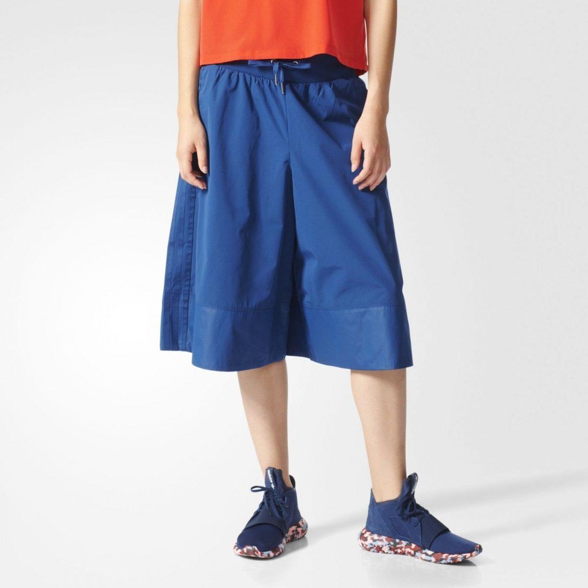 синие спортивные брюки-кюлоты