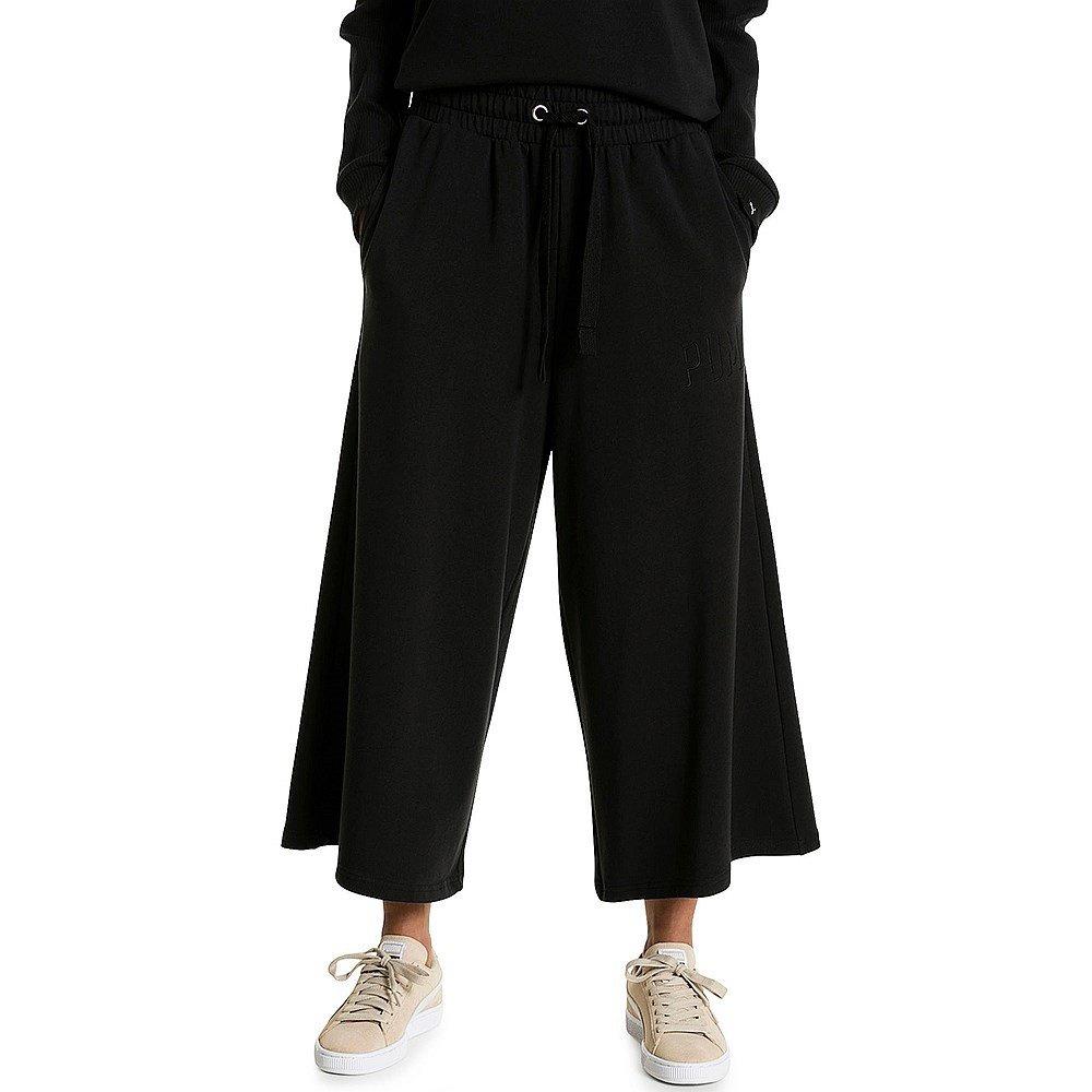 черные спортивные брюки-кюлоты и белые кеды