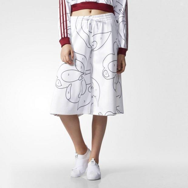белые спортивные брюки-кюлоты с рисунком