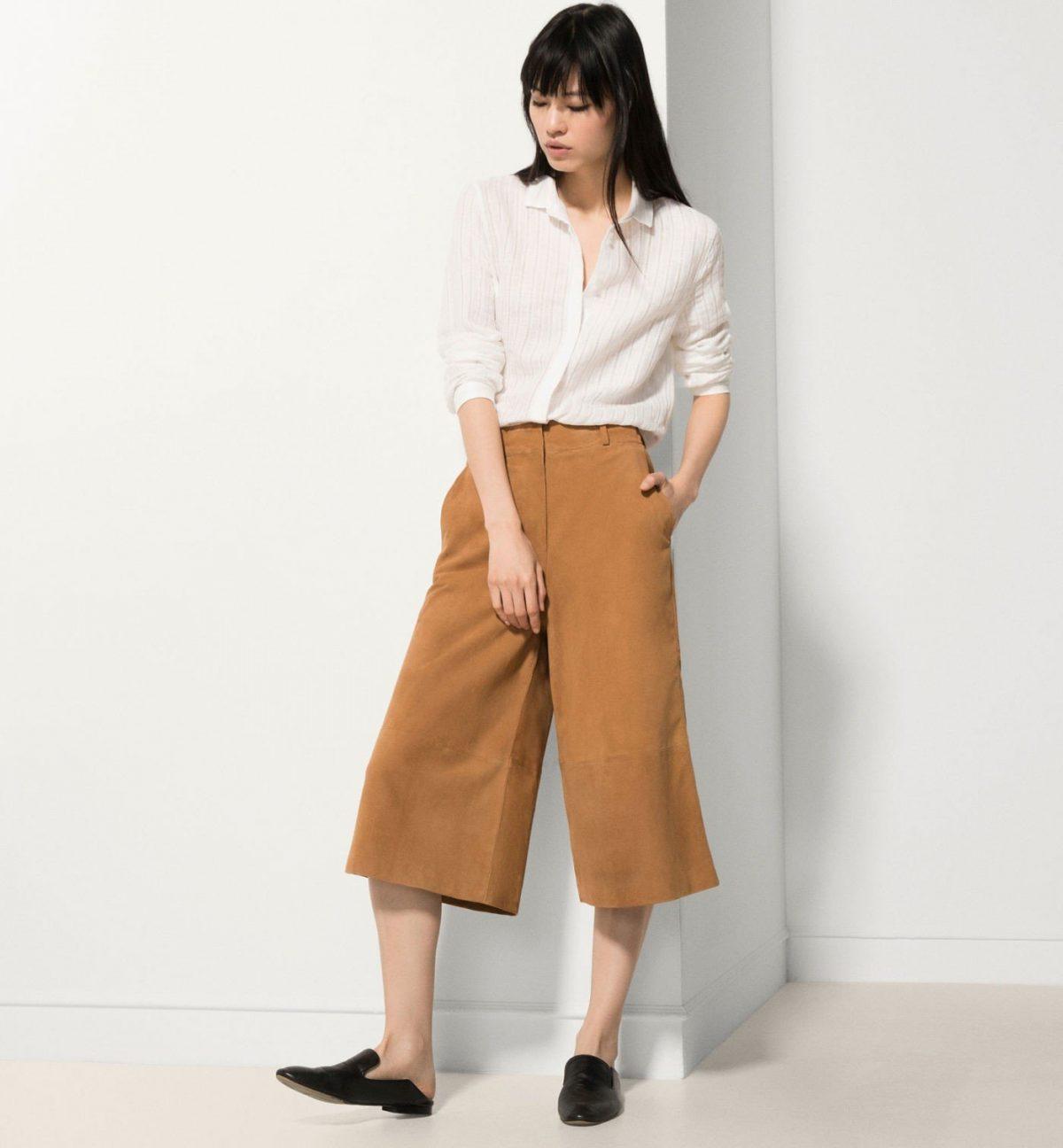 брюки-кюлоты горчичного цвета и белая рубашка