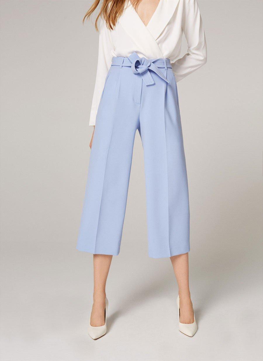 голубые брюки-кюлоты и туфли-лодочки
