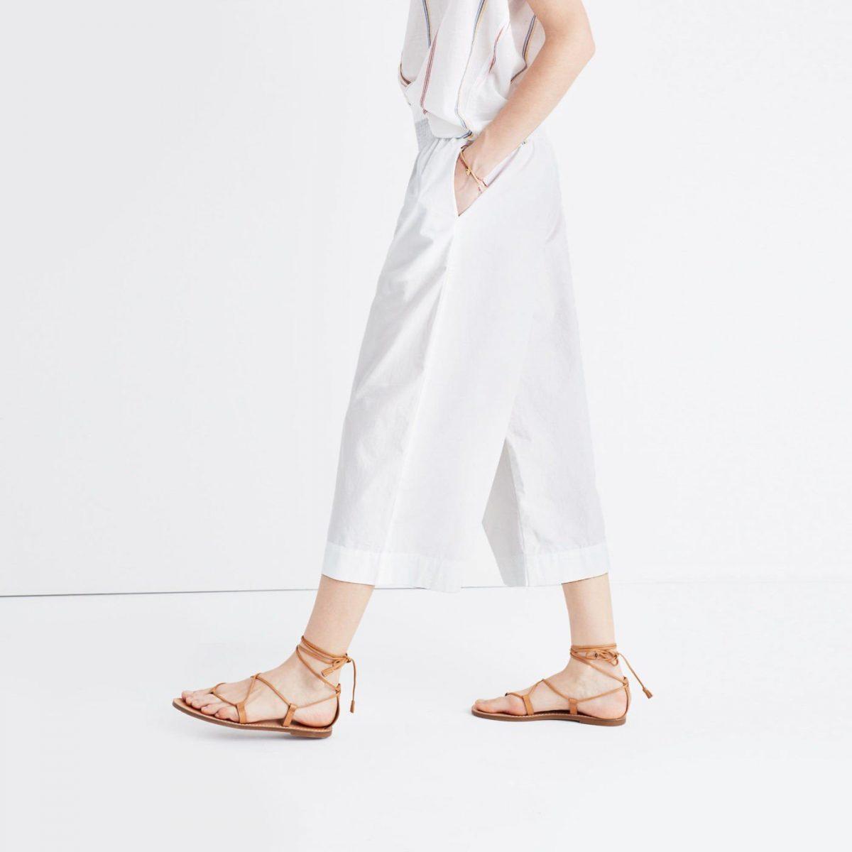 белые брюки-кюлоты и сандалии