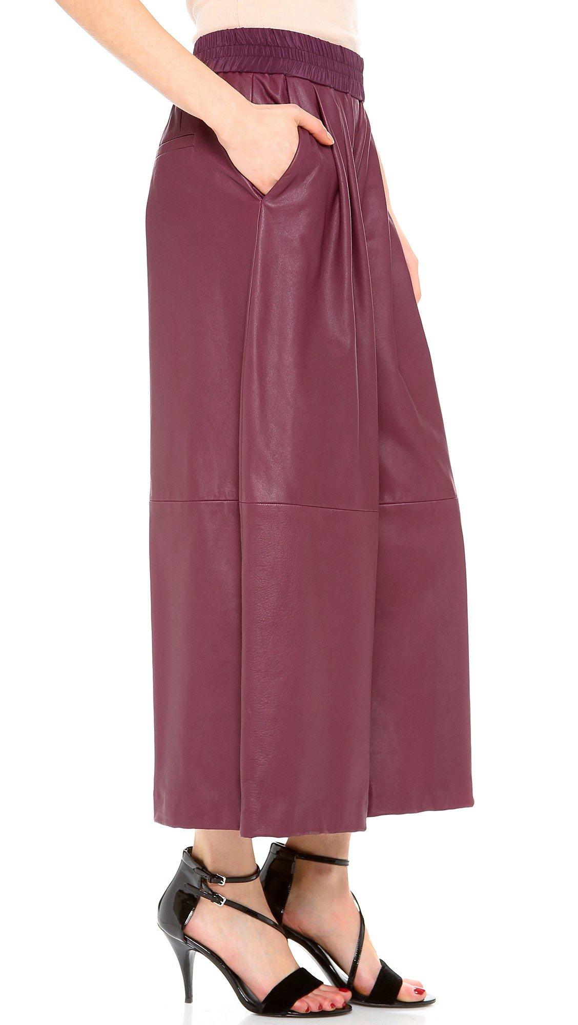 бордовые брюки-кюлоты и босоножки на каблуке
