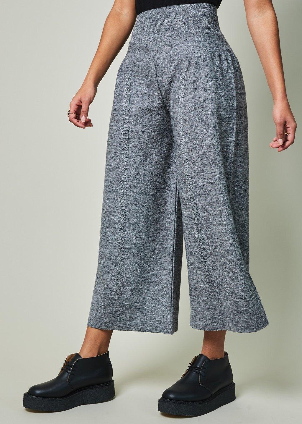 серые брюки-кюлоты и ботинки