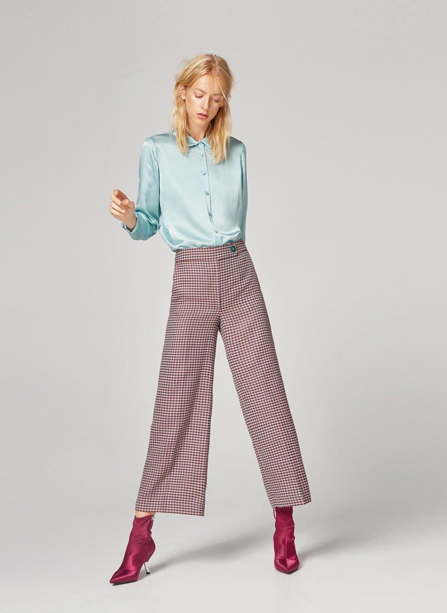 разноцветные брюки-кюлоты и красные ботинки