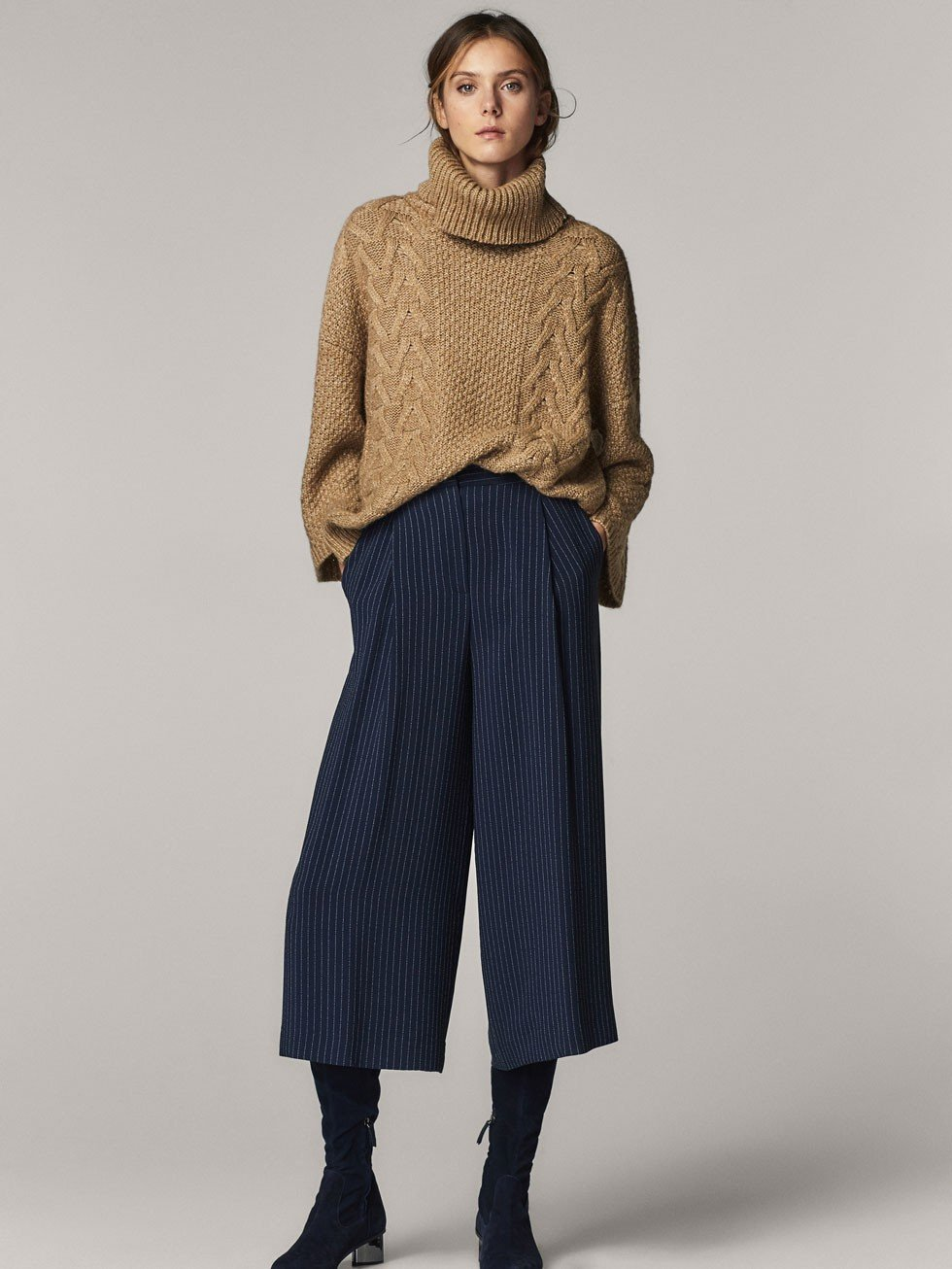 синие брюки-кюлоты и сапоги