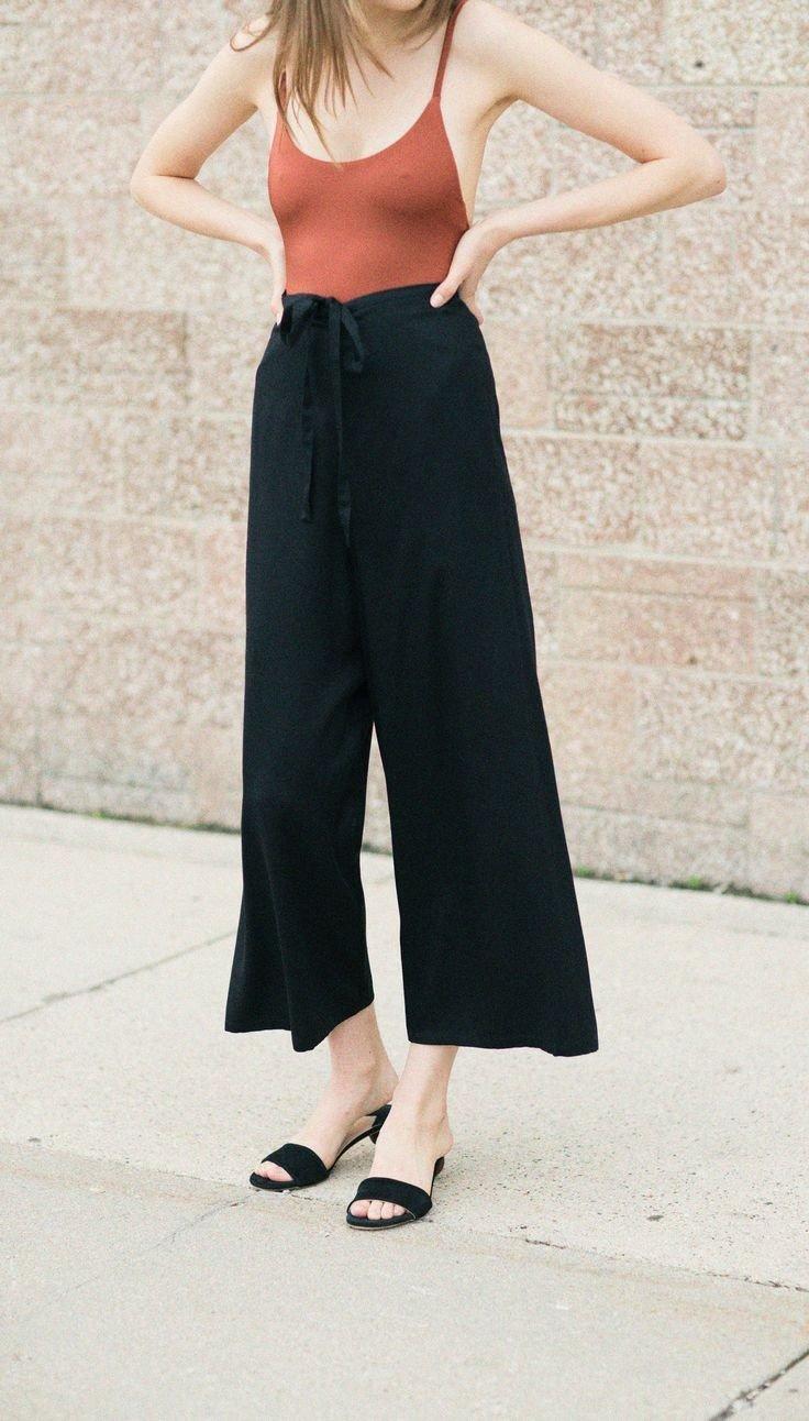 черные брюки-кюлоты и сандалии