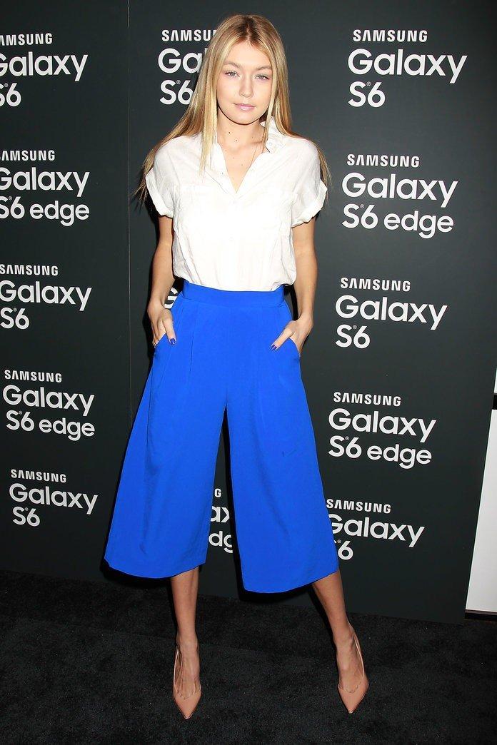 брюки-кюлоты синего цвета и белая блуза