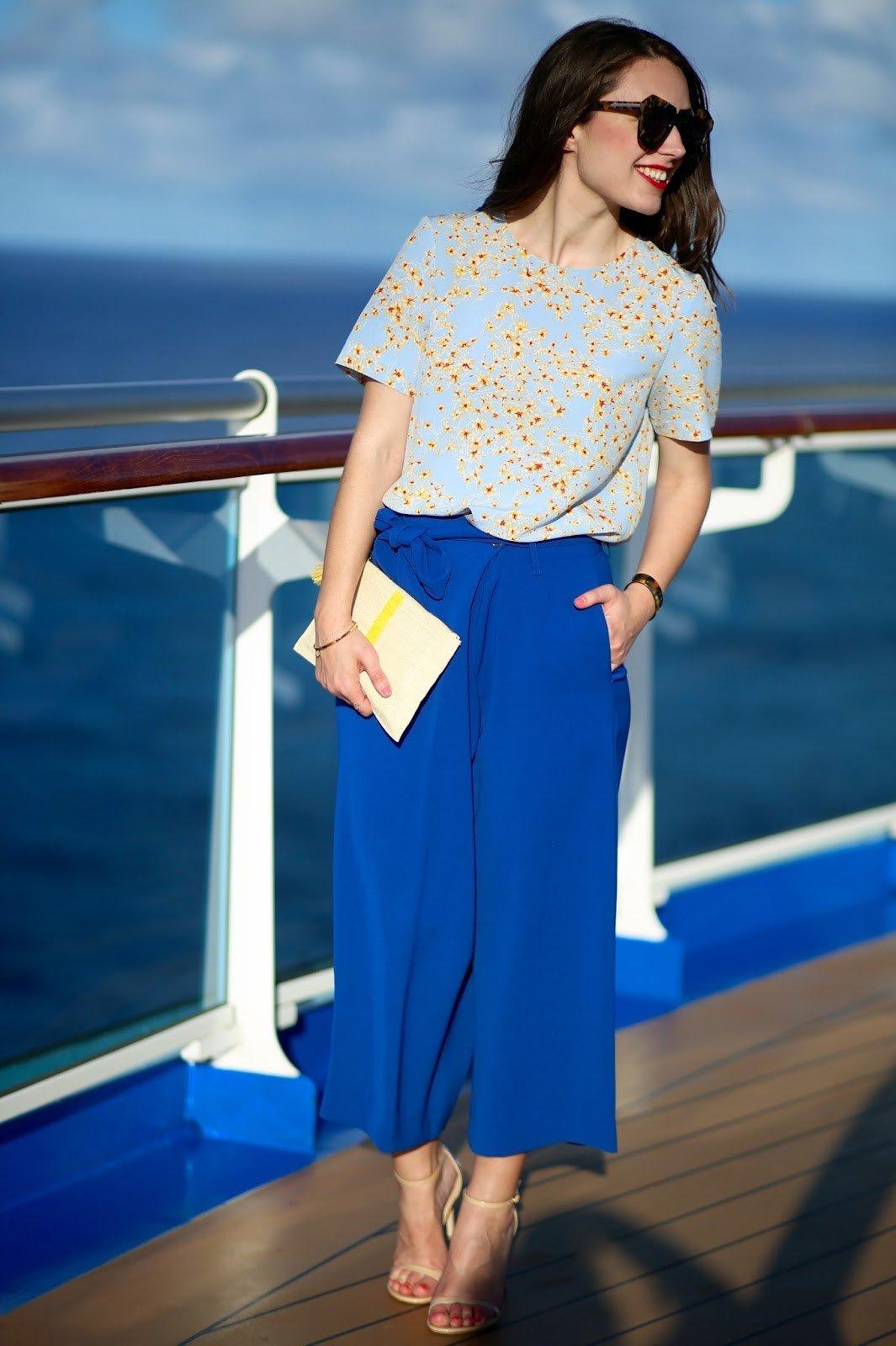 синие брюки-кюлоты и светлая блуза