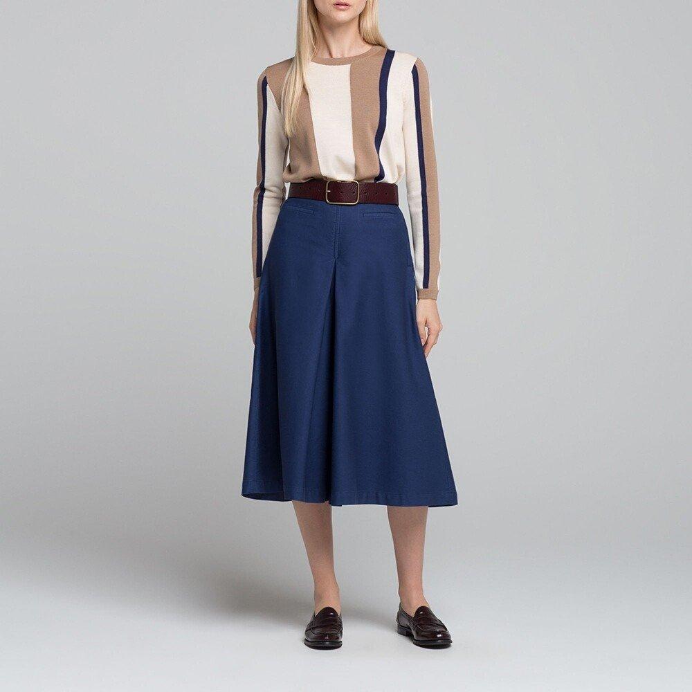 синие брюки-кюлоты и рубашка в пастельных тонах