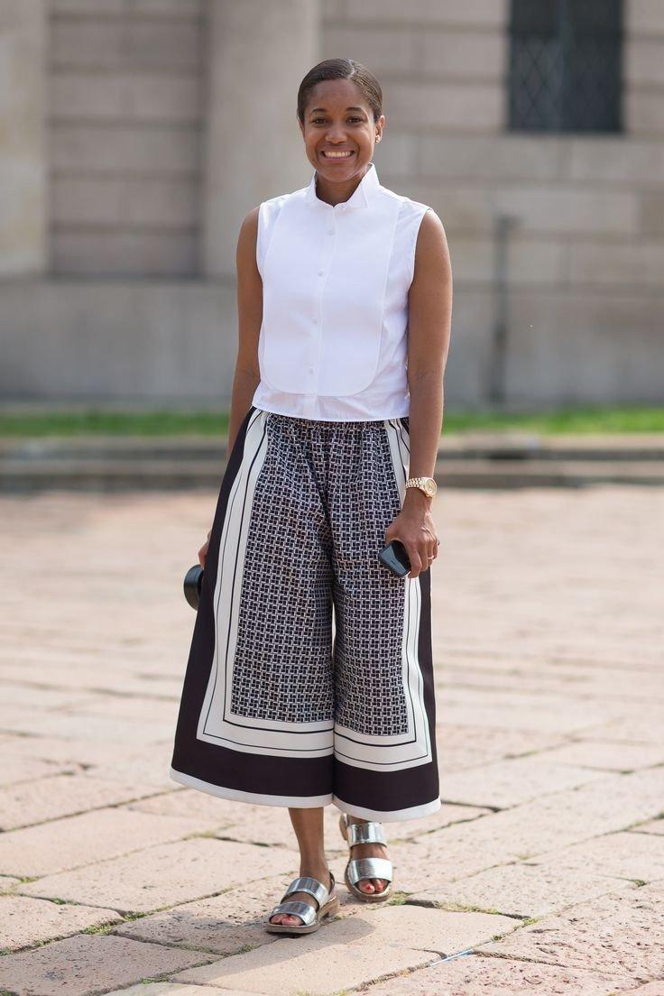 брюки-кюлоты серым с принтом и белая блуза