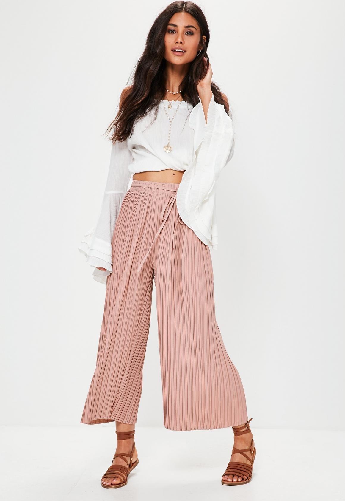 брюки-кюлоты розовые в полоску и белая блузка