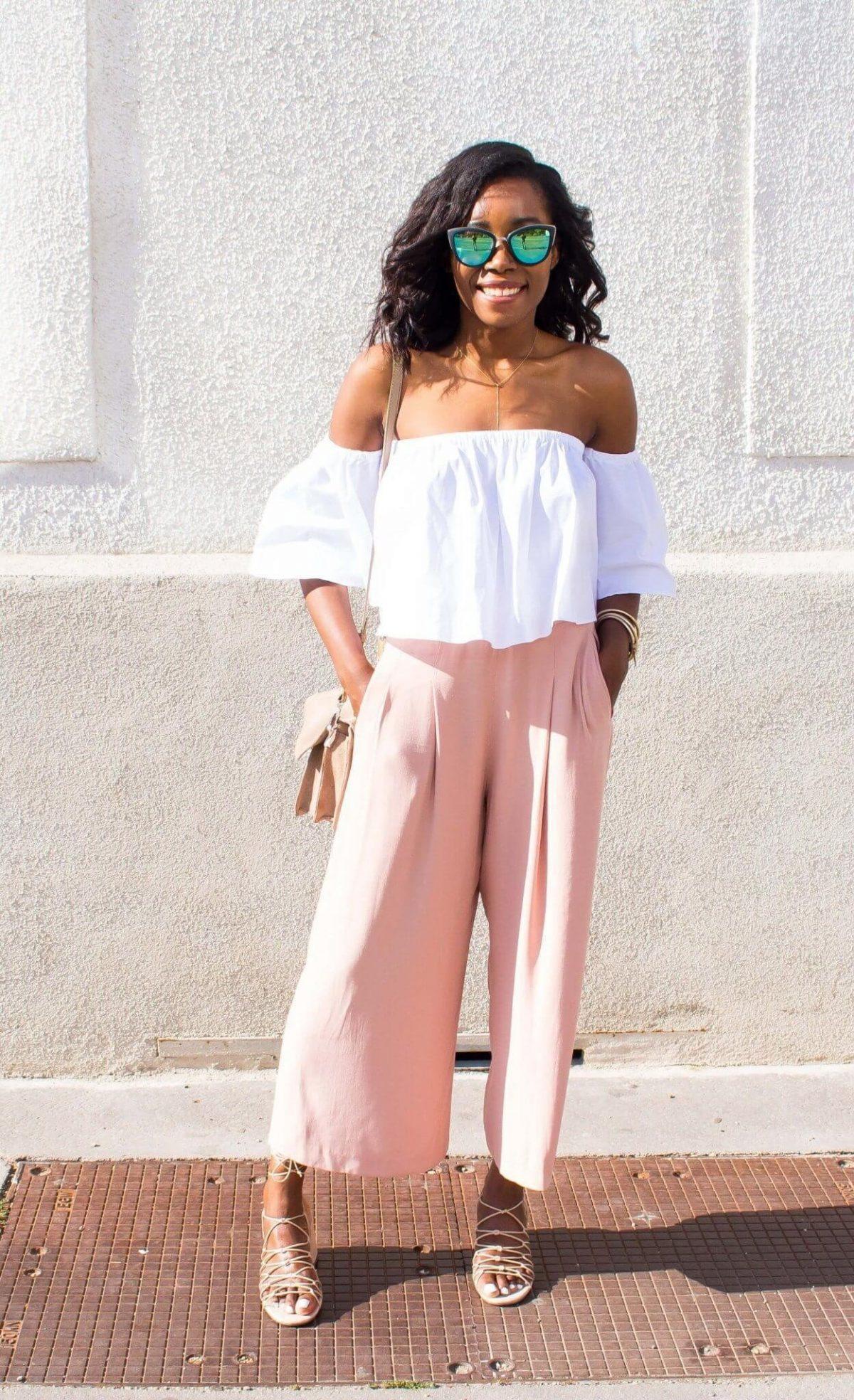 светло-розовые брюки-кюлоты и блуза со спущенными плечами