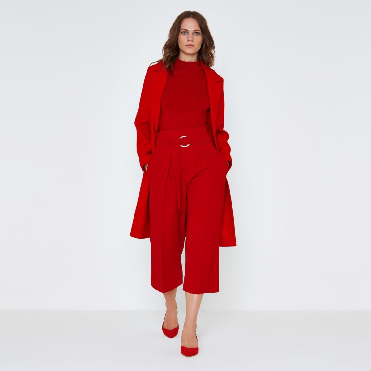 красный костюм с брюками-кюлотами