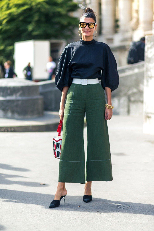 зеленые брюки-кюлоты и блуза с объемными рукавами