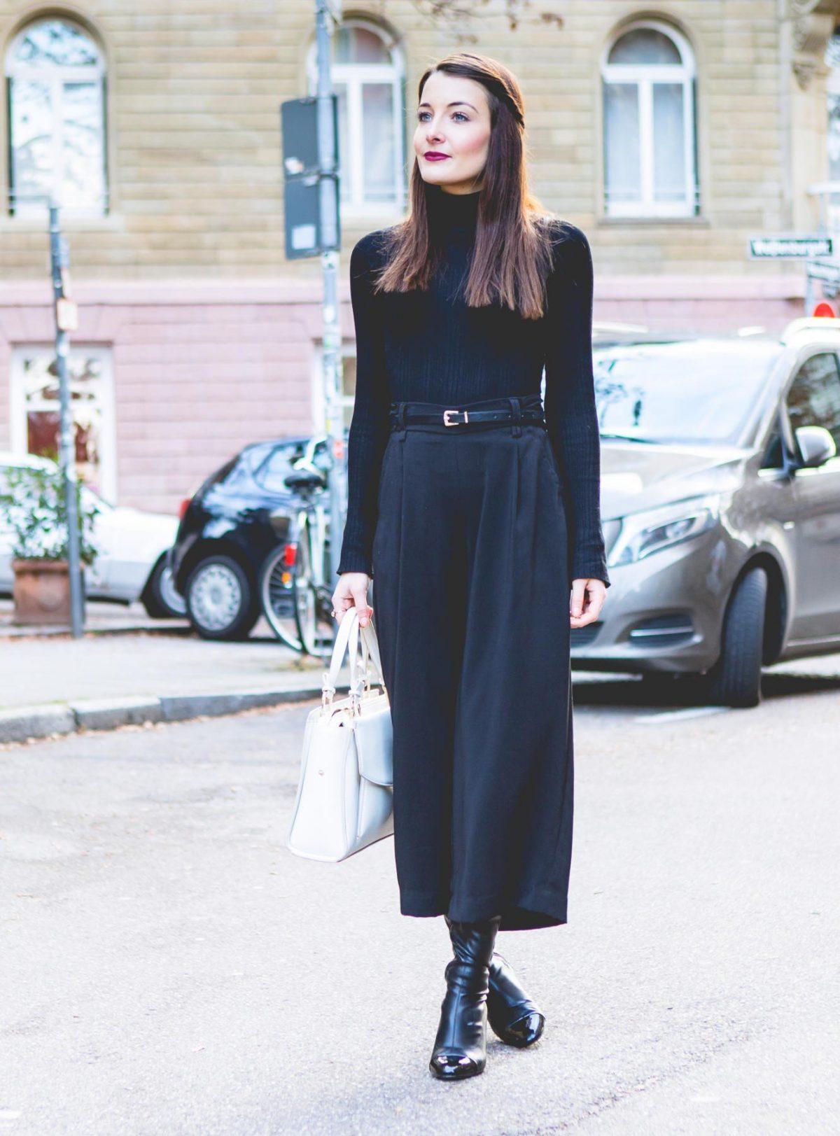 синие брюки-кюлоты и черная водолазка
