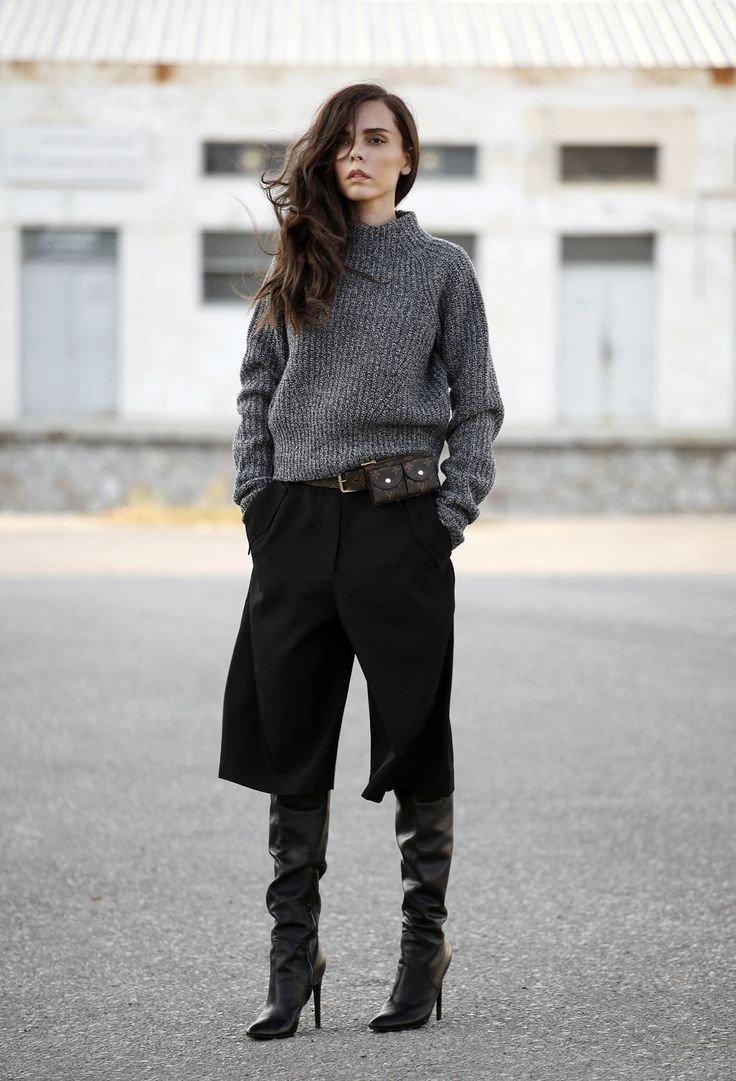 черные брюки-кюлоты и серый гольф