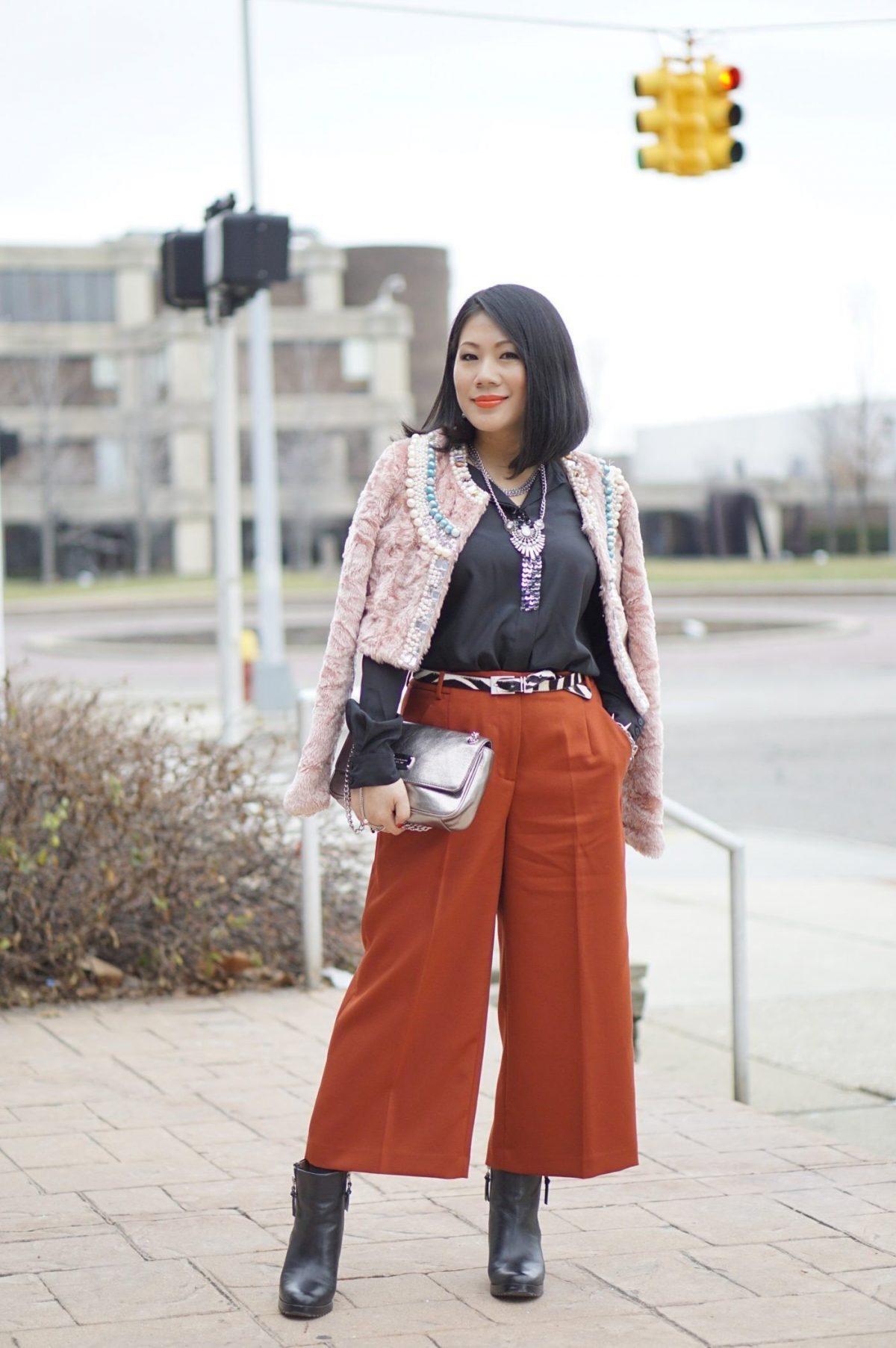 брюки-кюлоты красного оттенка и пиджак