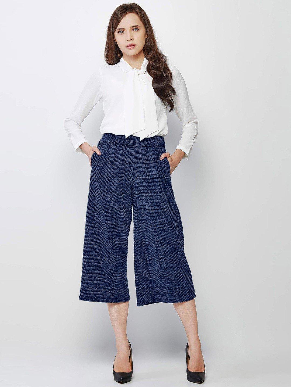 синие брюки-кюлоты и белая блуза