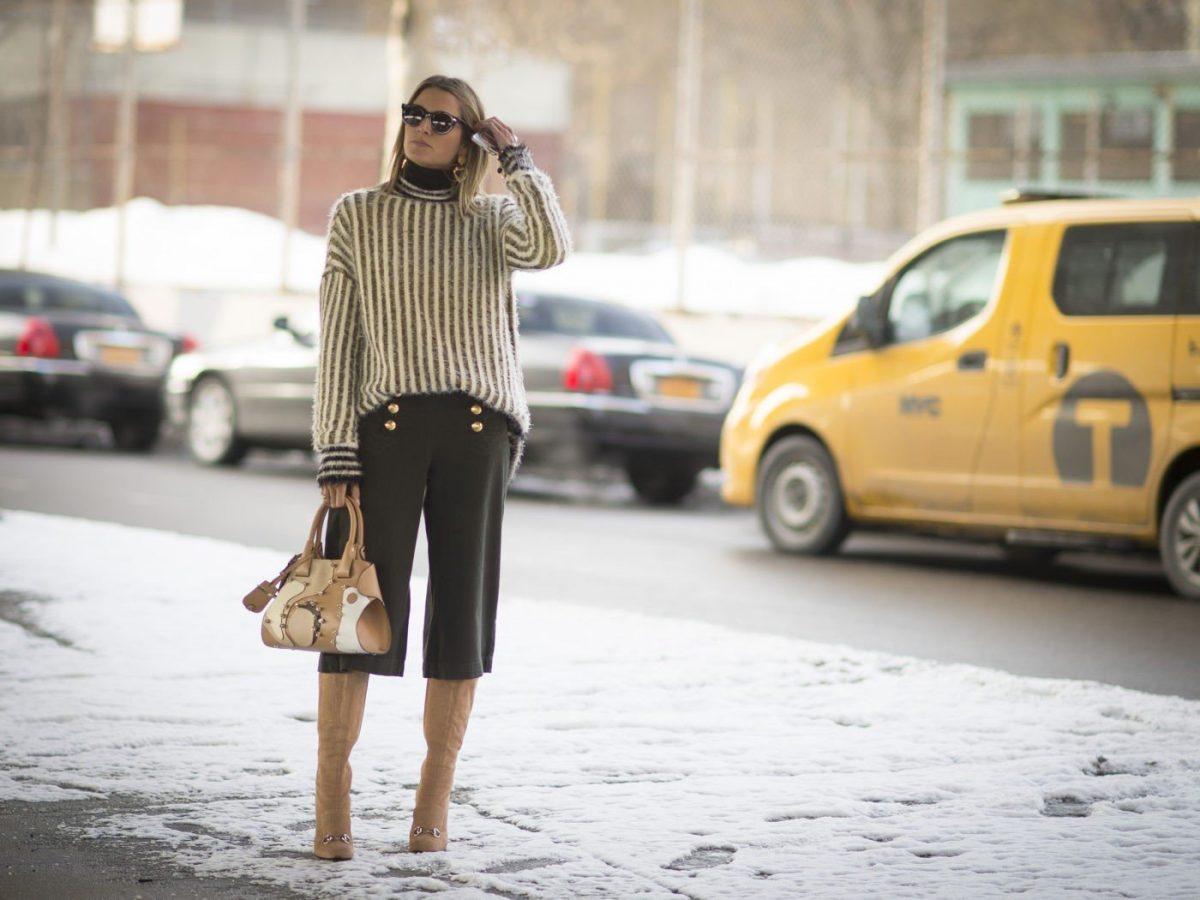 серые брюки-кюлоты и свитер