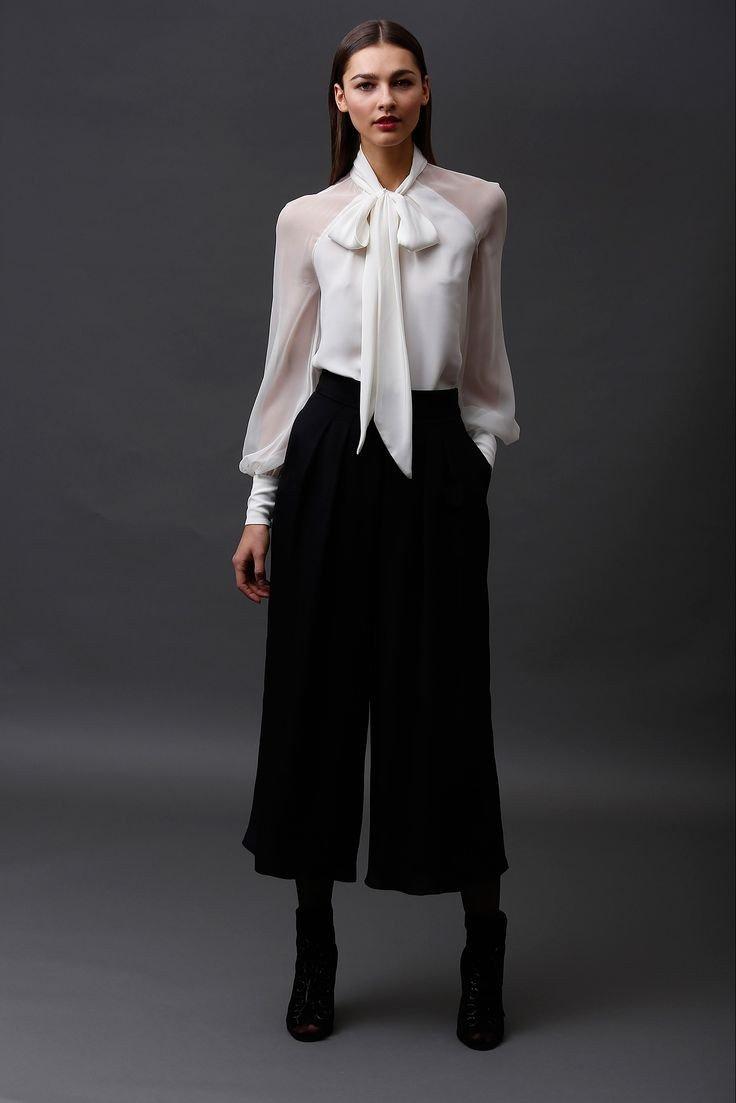 черные брюки-кюлоты и белая блуза с бантом