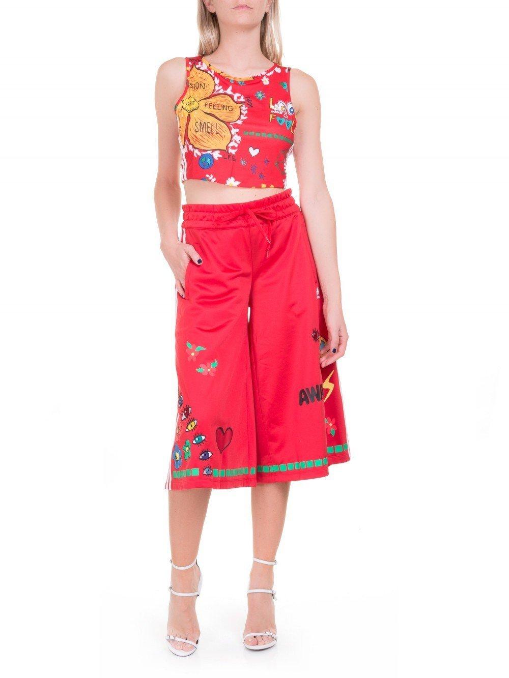 костюм с красными брюками-кюлотами в цветочный рисунок