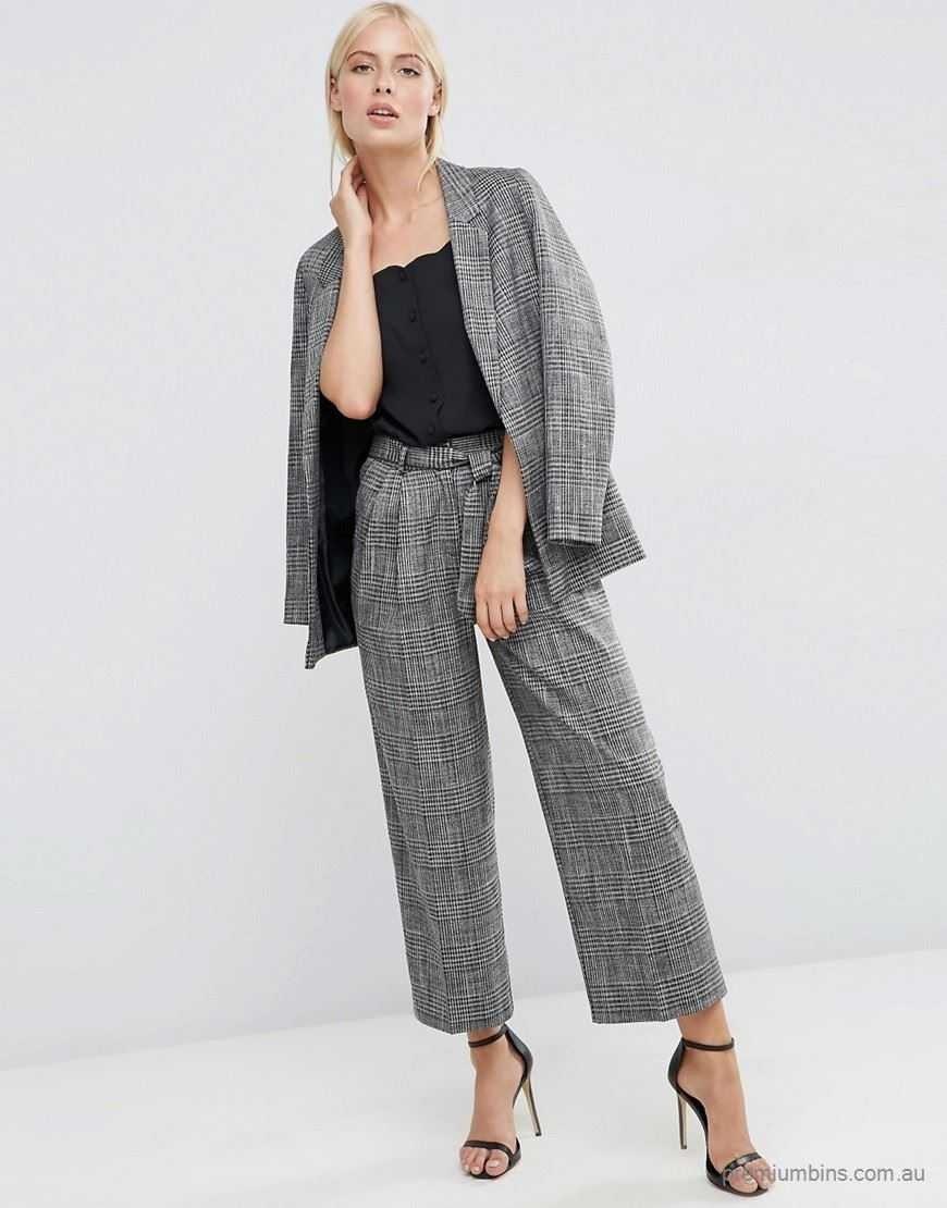 серый костюм с брюками-кюлотами