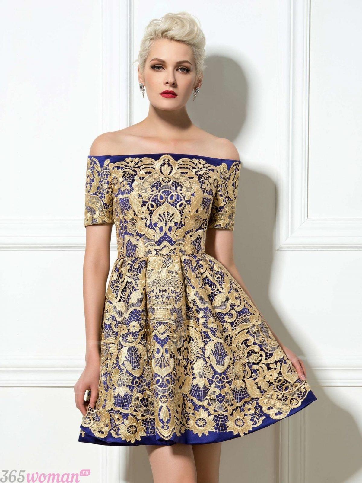 синее платье с золотистым кружевом и открытыми плечами