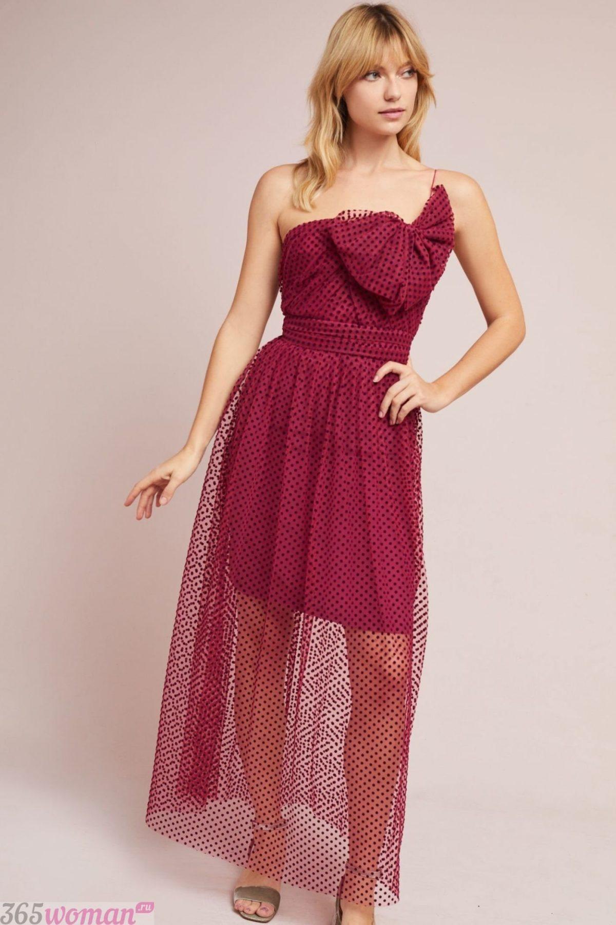 что надеть на день святого валентина 2019: удлиненное платье бордо с открытым верхом