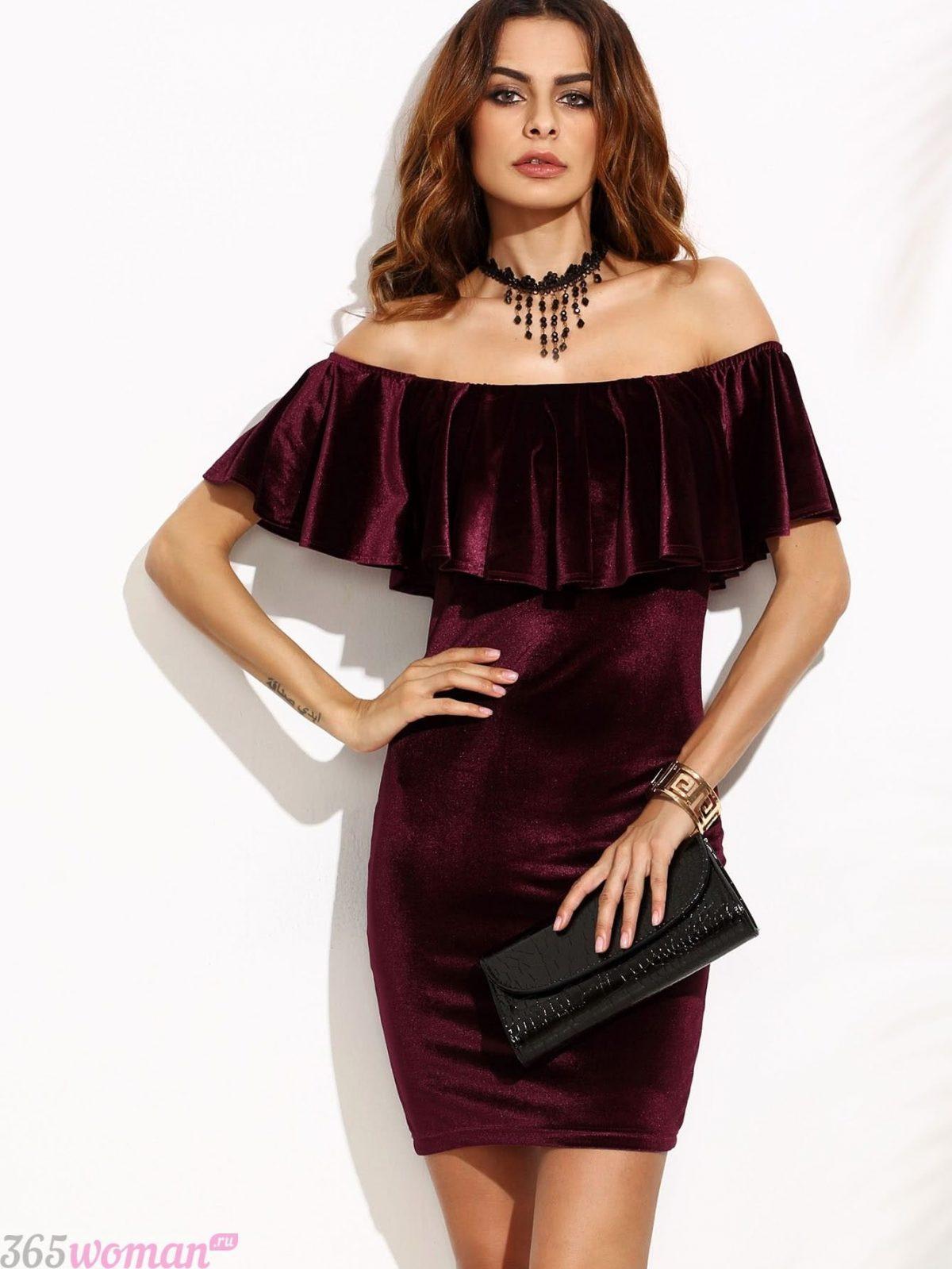 бархатное платье с воланом цвета бордо