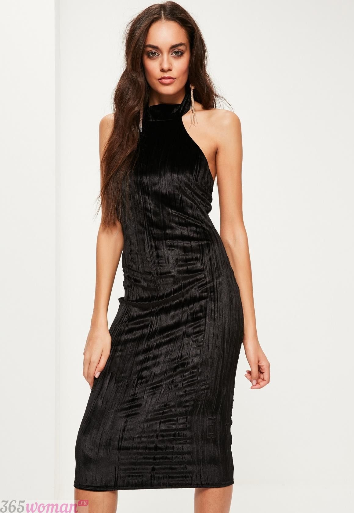 что надеть на день святого валентина 2019: черное бархатное платье футляр