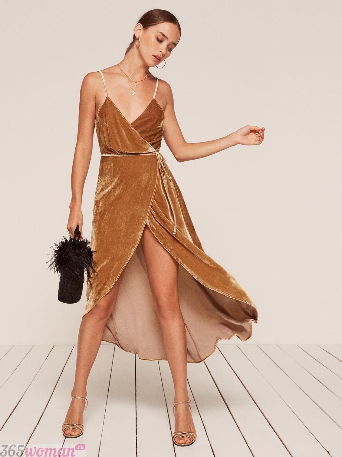 велюровое платье пастельного оттенка с запахом