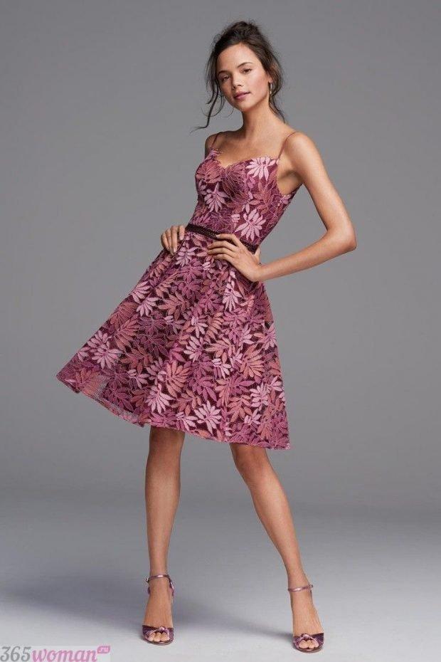 что надеть на день святого валентина: платье розового цвета с цветочным рисунком