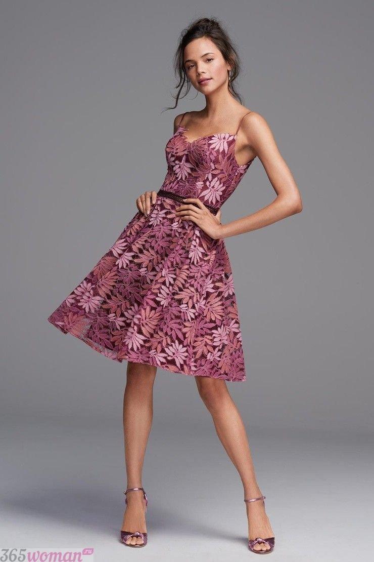 платье розового цвета с цветочным рисунком
