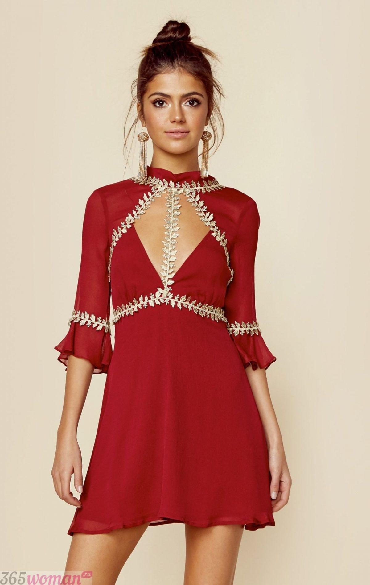 темно-красное платье с золотым декором
