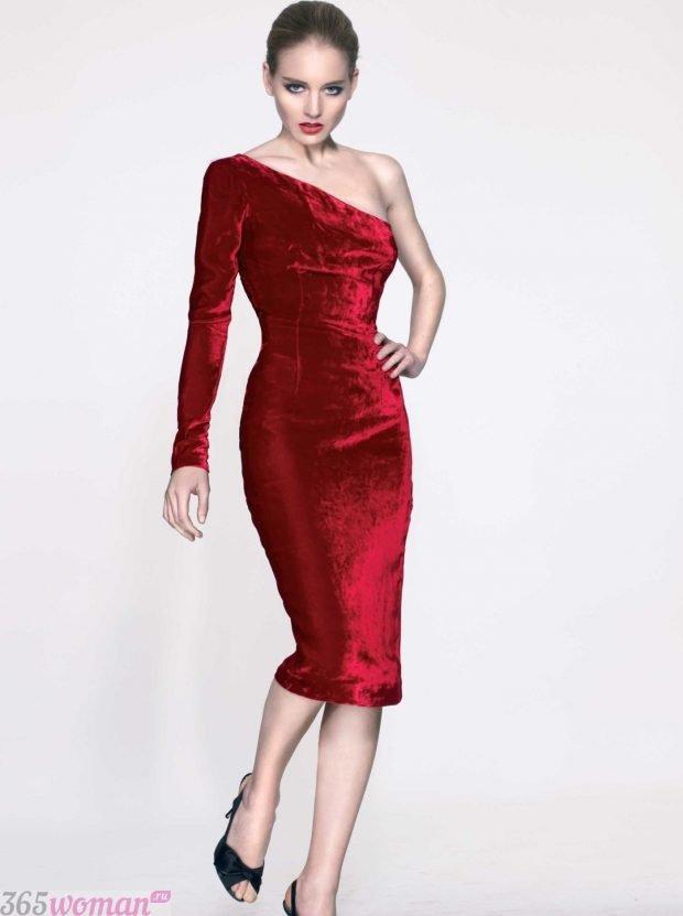 что надеть на день святого валентина: бархатное платье красного цвета на одно плечо