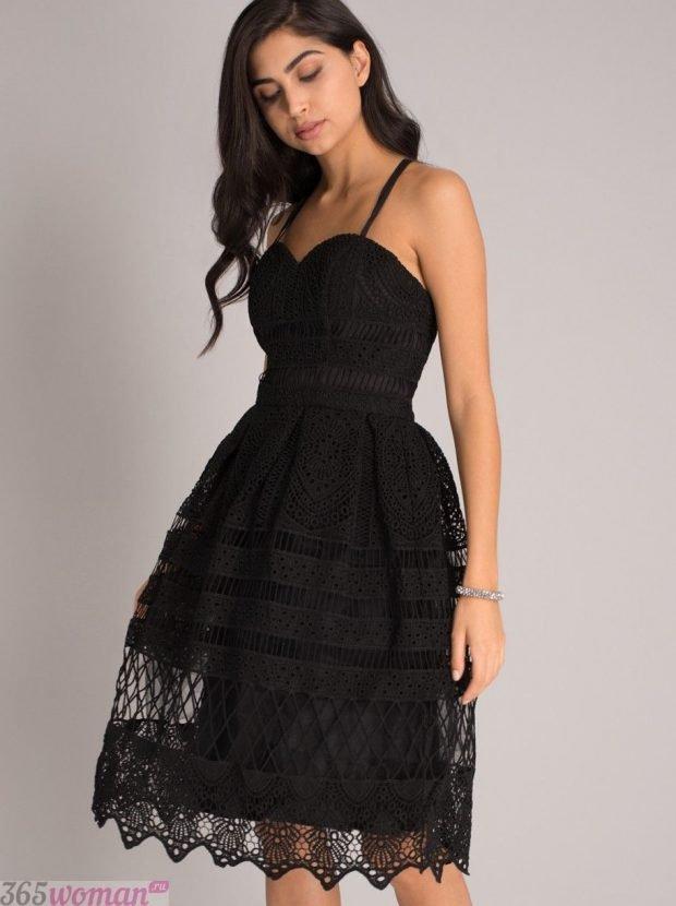 что надеть на день святого валентина: черное платье из кружева с расклешенной юбкой