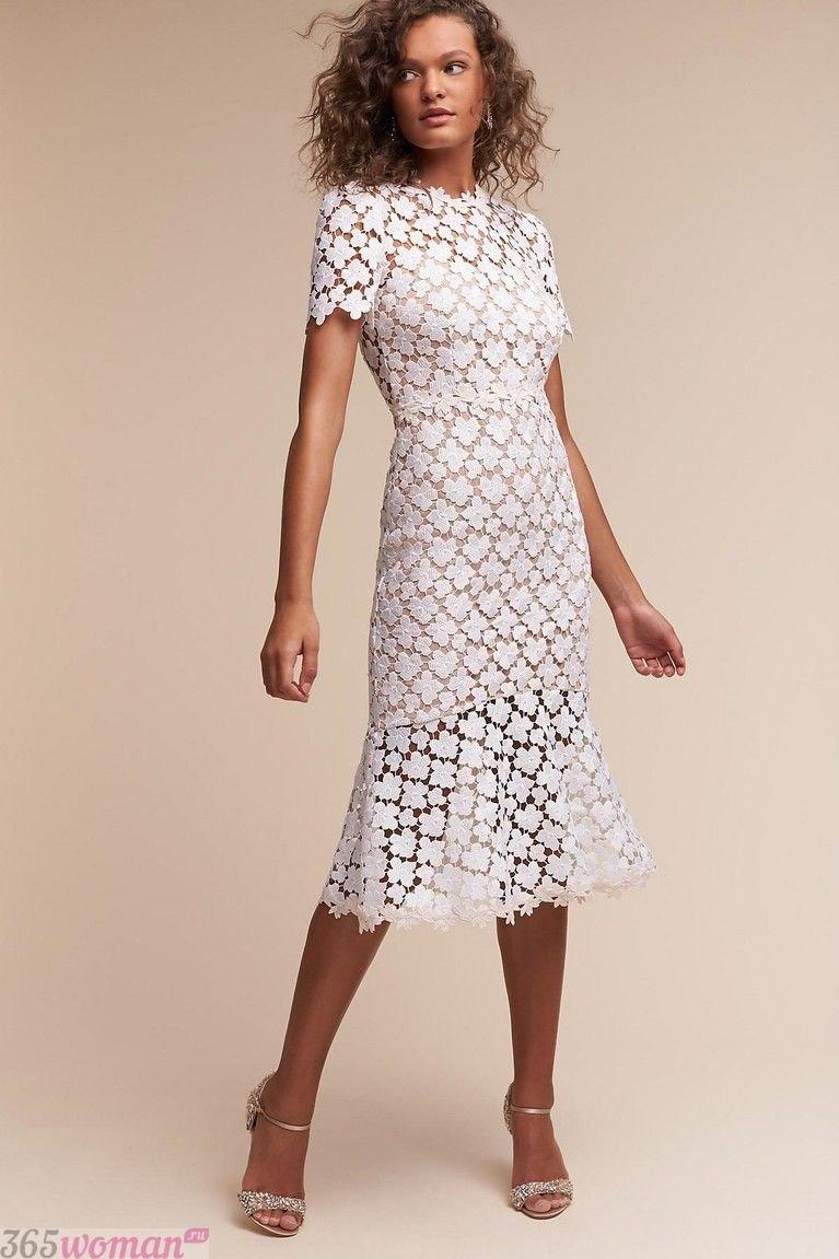 белое кружевное платье футляр
