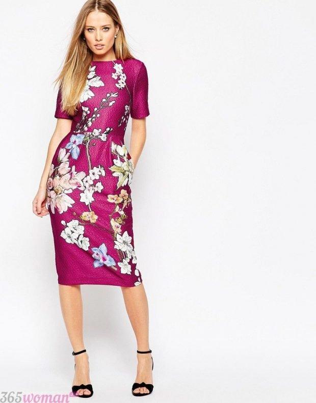 что надеть на день святого валентина: малиновое платье футляр с цветочным принтом