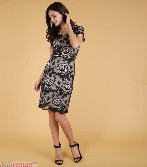 что надеть на день святого валентина: платье футляр из черного кружева на светлом фоне